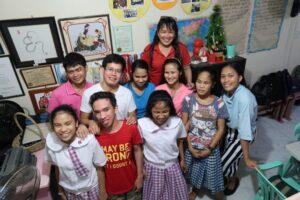 Lorena mit einigen Kinder von Future Vision